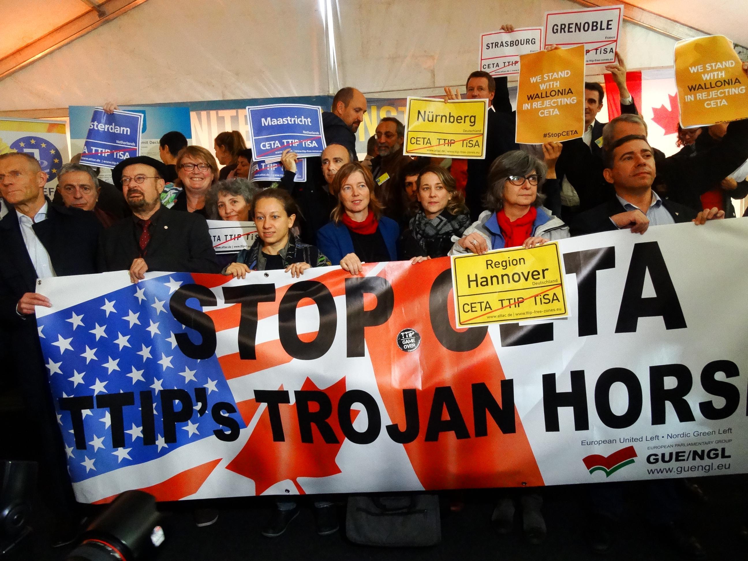 201016-foto-de-grupo-contra-o-ceta-no-parlamento-europeo