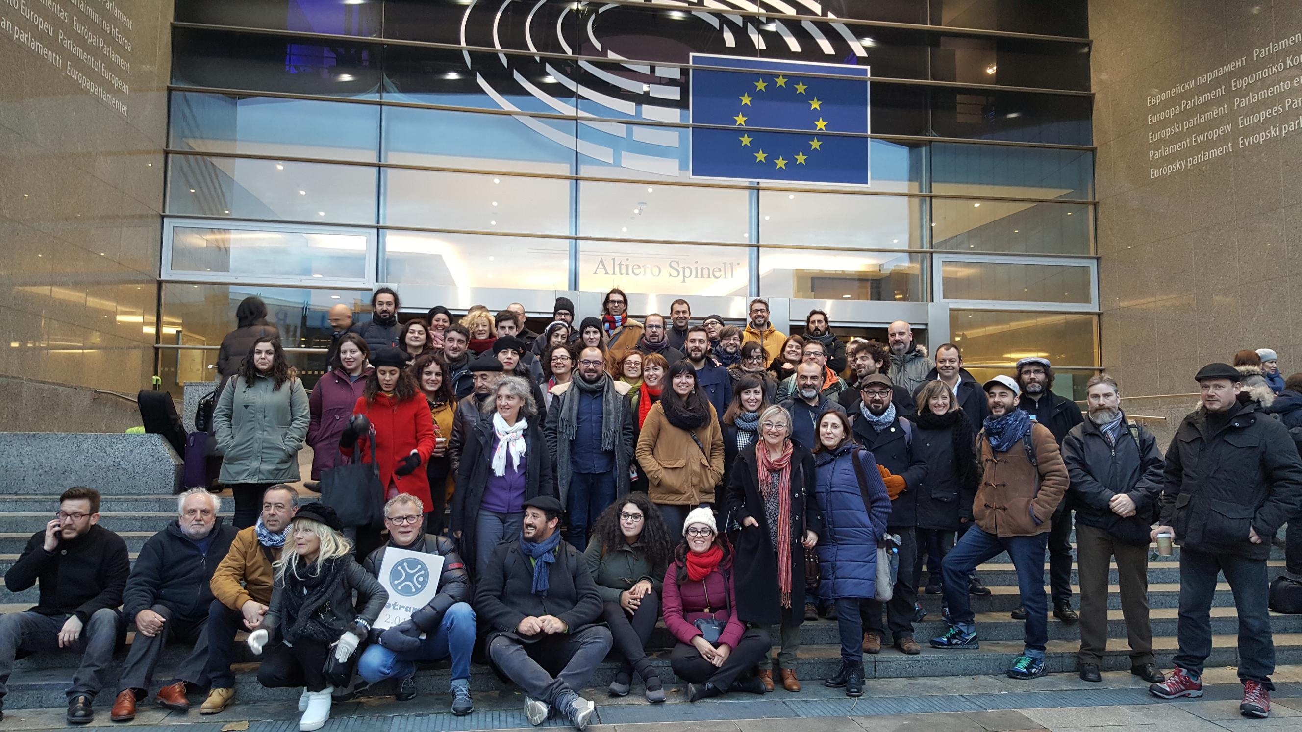 foto-grupo-cultura-diante-do-parlamento-europeo-con-lidia-senra_2656x1494