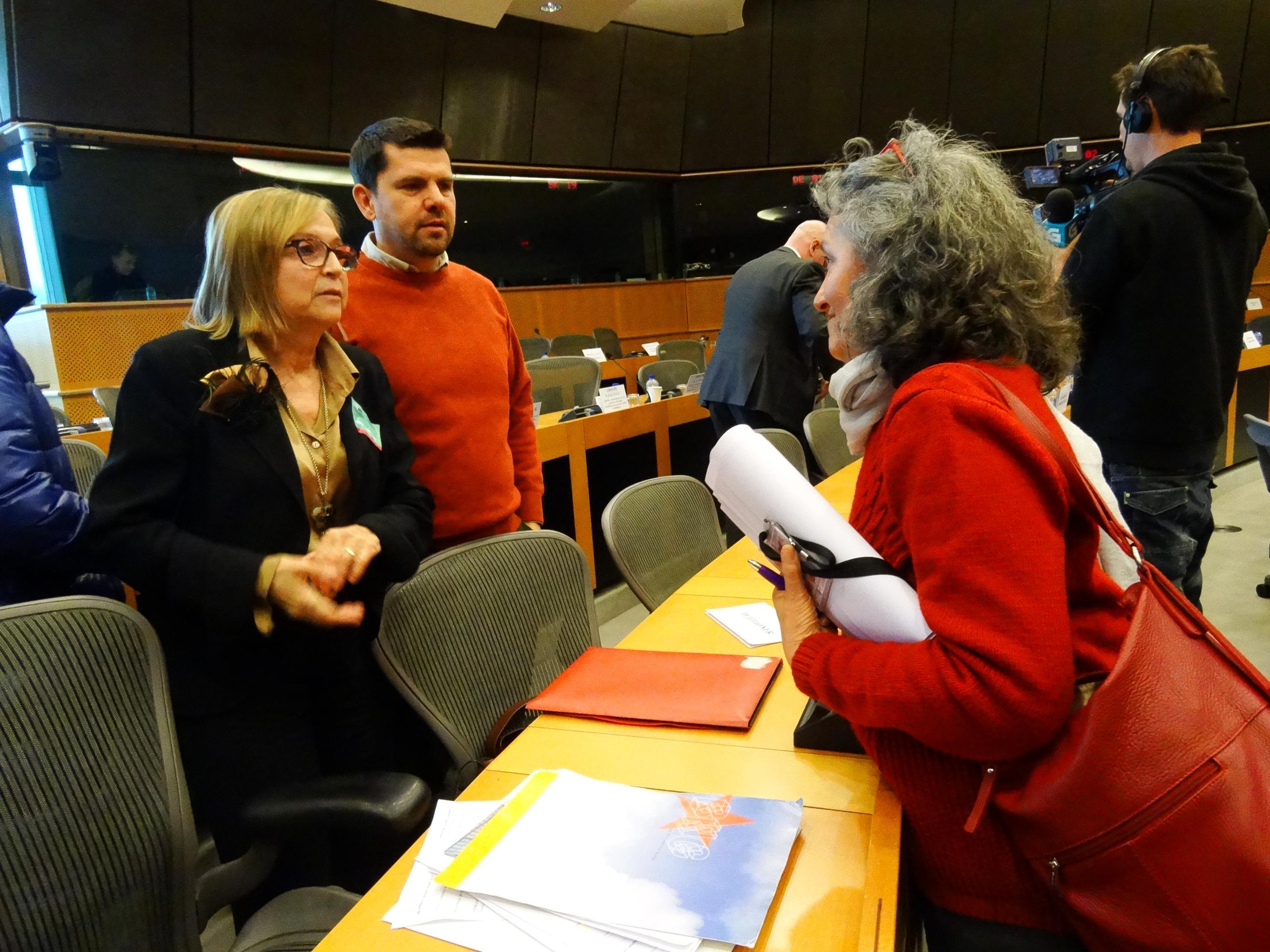 Lidia Senra, falando coas vítimas do accidente de Angrois no Parlamento Europeo 240117_2592x1944