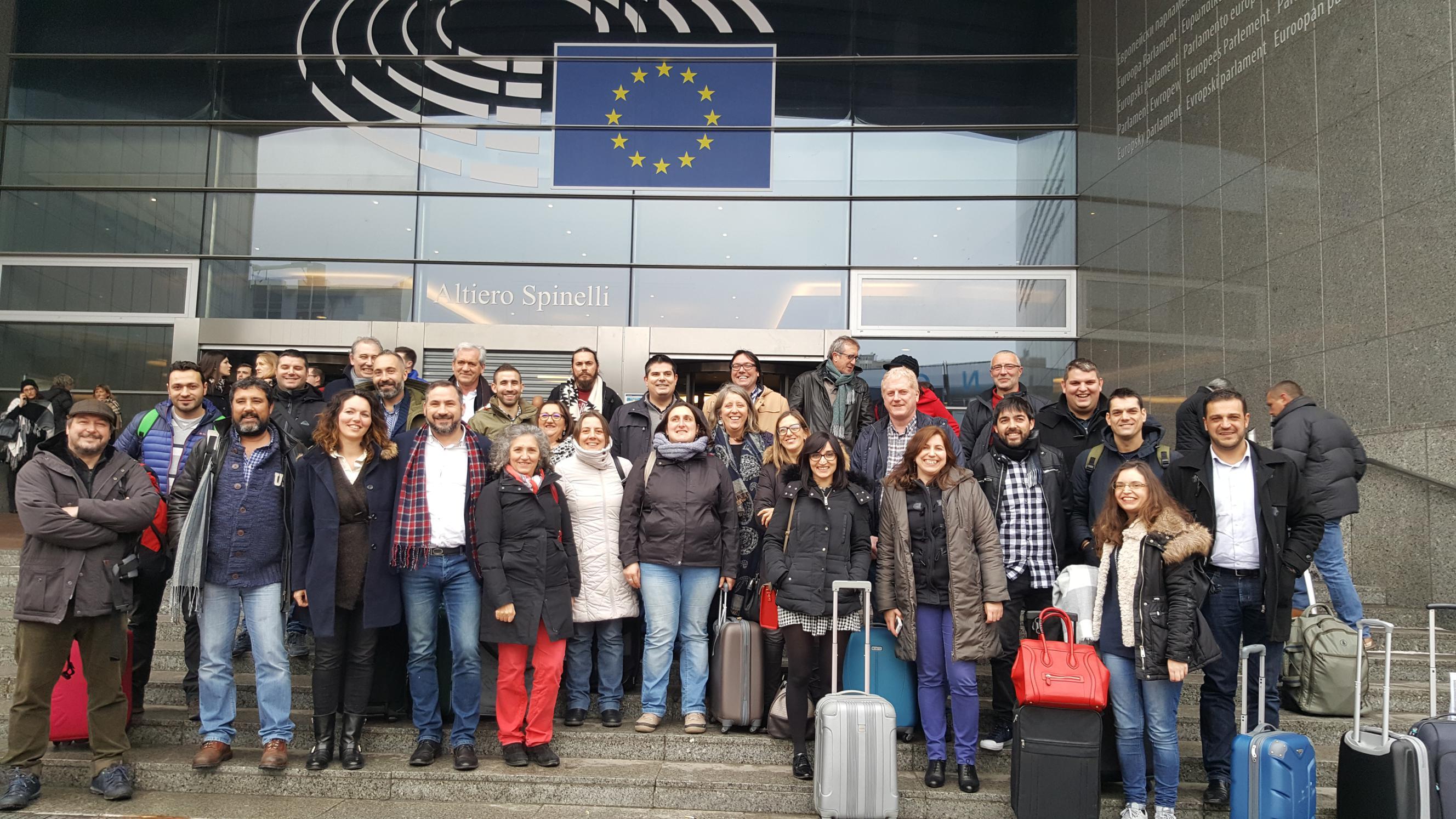 Foto de chegada ao Parlamento Europeo de alcaldes e concelleiros galegos con Lidia Senra_2656x1494