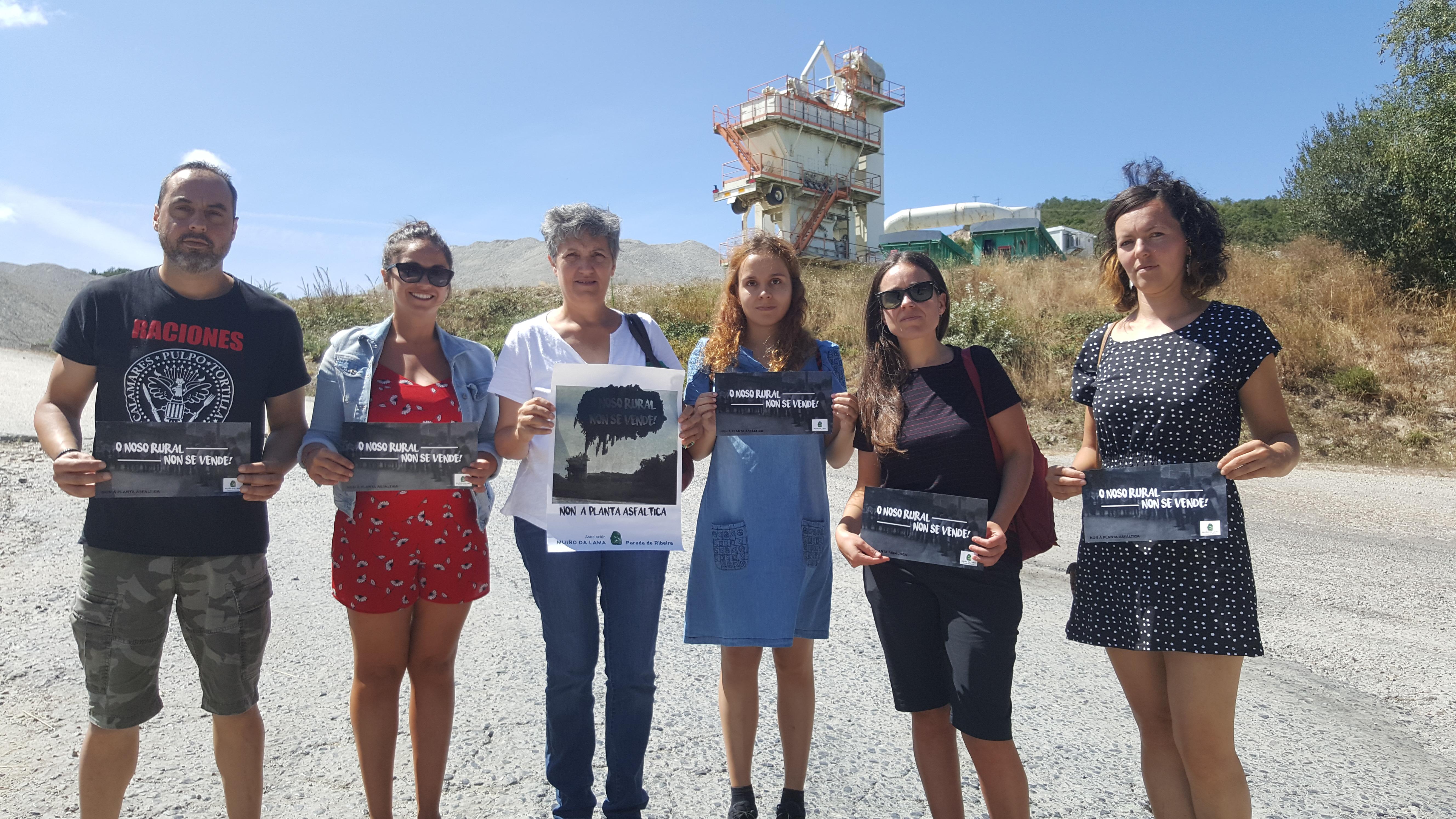 Lidia Senra xunto a persoas afectadas pola planta asfaltica de Xinzo