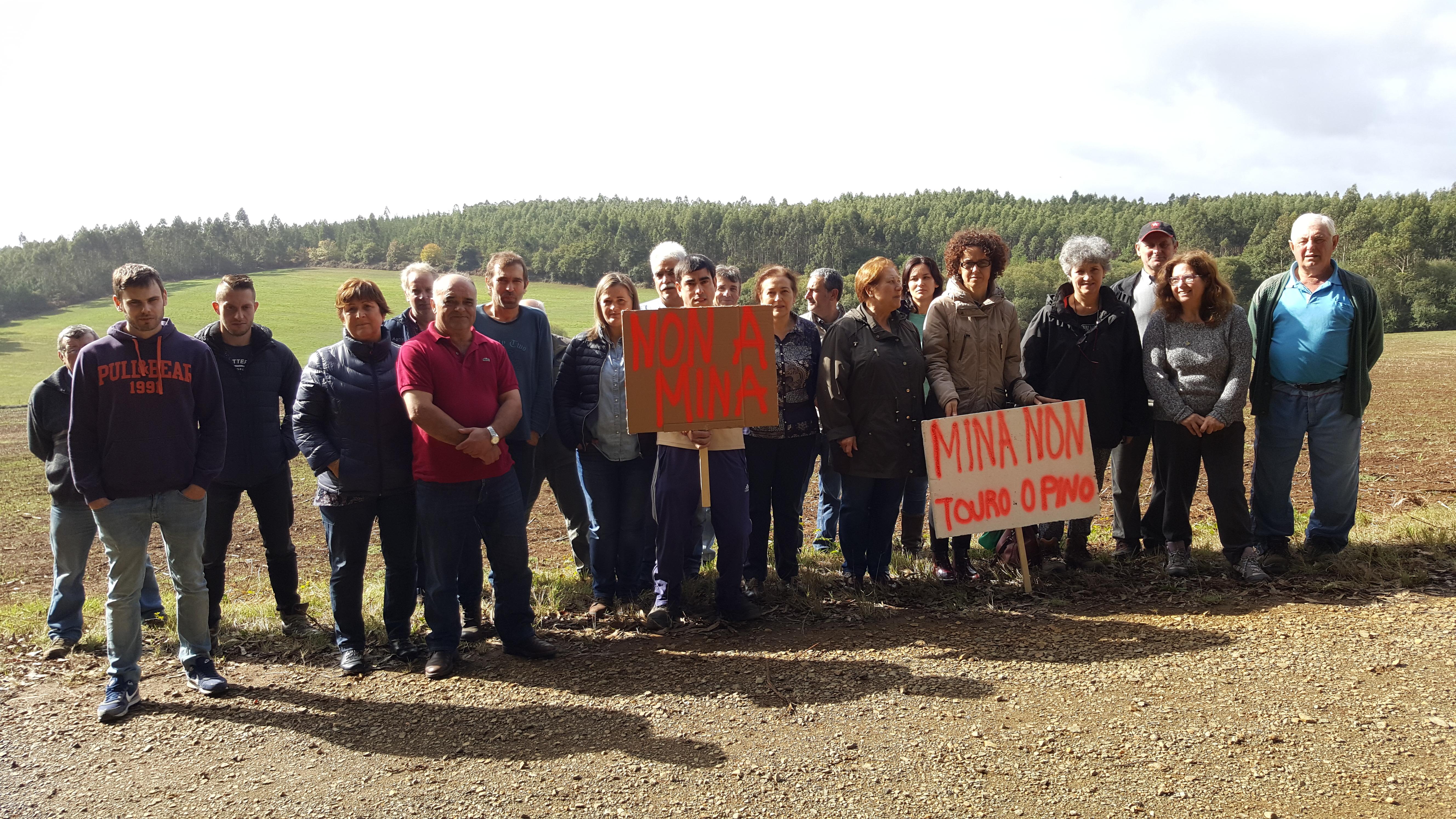 Lidia Senra nos terreos afectados, apoiando a veciñanza que está contra a nova mina de cobre en Touro e O Pino