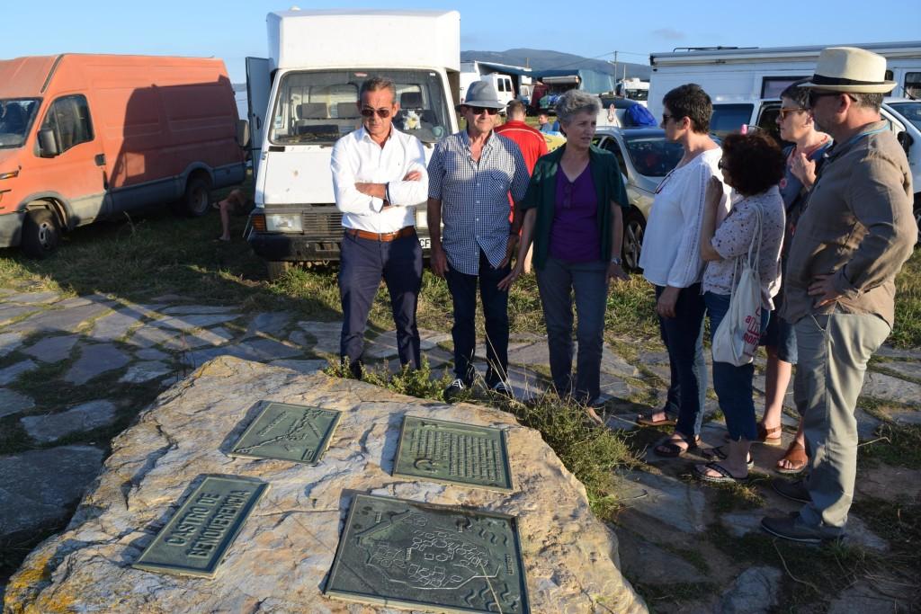 Lidia-Senra-visitando-a-zona-do-castro-de-Barreiros-que-se-está-usando-de-aparcadoiro_3000x2000