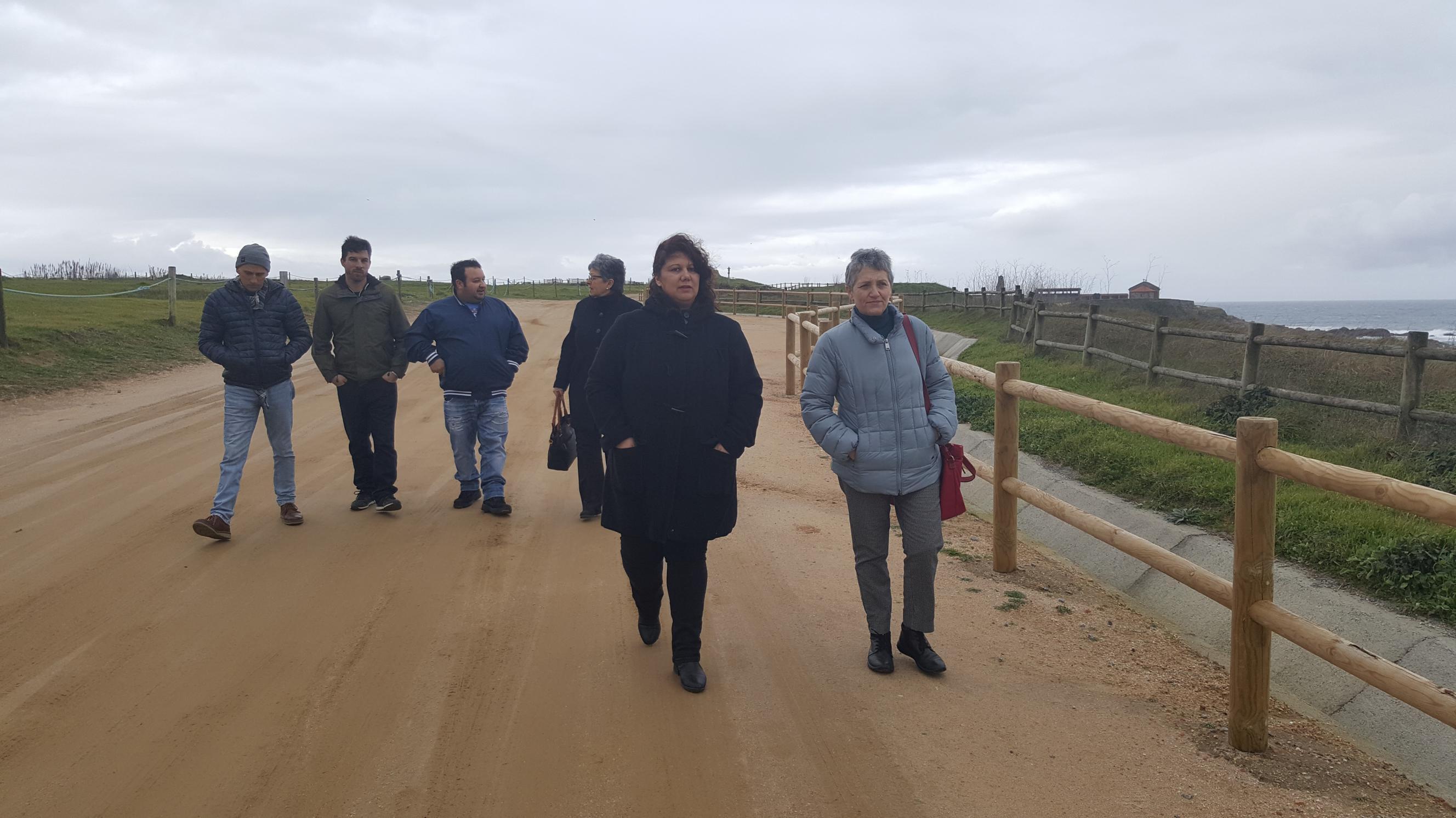 Lidia Senra, á dereita, con Mary Camiña e outros compañeiros de Sanxenxo, na Lanzada_2656x1494