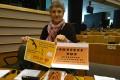 Lidia Senra, cos carteis contra o PEPP, no pleno do Parlamento Europeo hoxe
