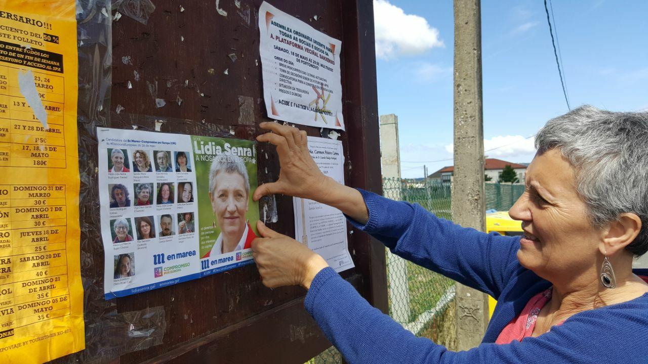 LIdia Senra colocando carteis en Sanxenxo