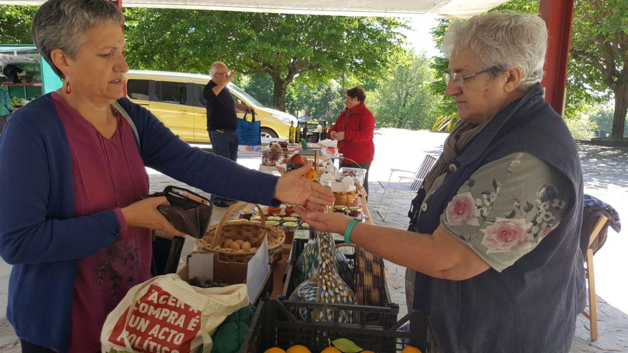 Lidia Senra comprando no mercado do alimento labrego en teo