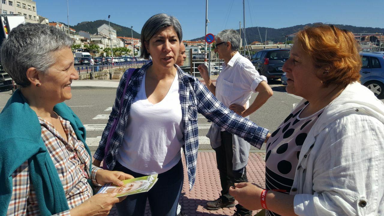 Lidia Senra e Victoria Portas coa presidenta do colectivo de redeiras de Cangas