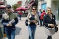 Lidia Senra polas ruas de Monforte repartindo informacion