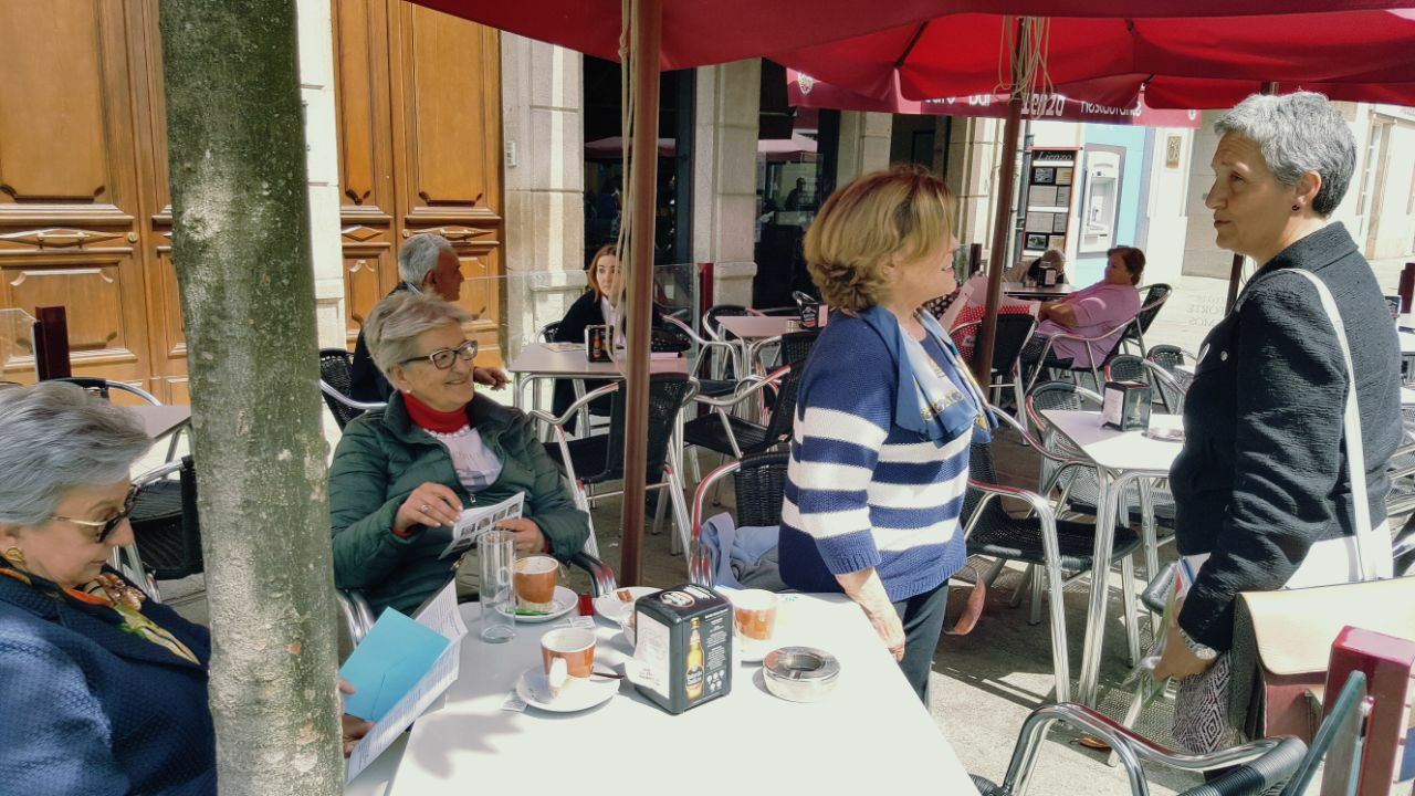 Lidia Senra repartindo informacion en Monforte