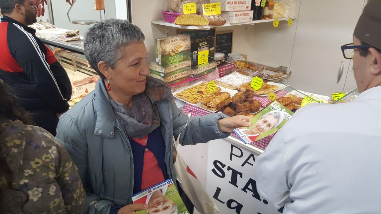 Lidia Senra repartindo na praza de abastos de ourense