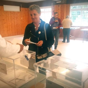 Lidia votando hoxe en San Miguel de Sarandon, Vedra