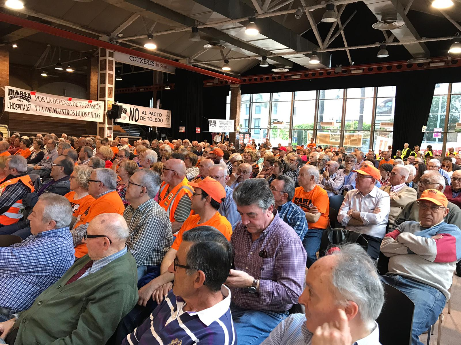 Publico no acto en Barcelona sobre pensions durante a intervencion de Lidia Senra